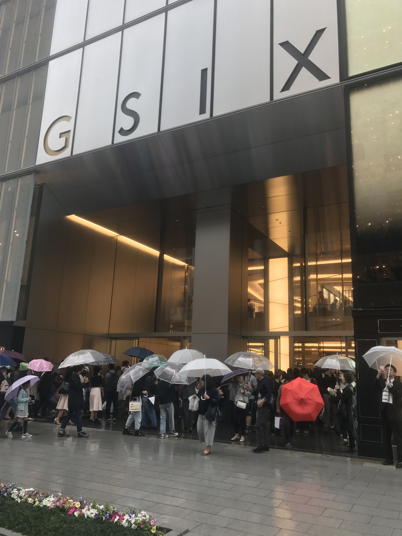 Ginza Six is popular even in the rain!